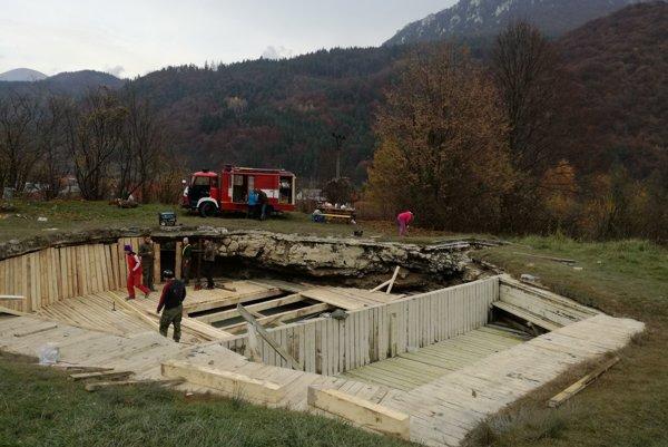 Oprava travertínového jazierka Zlá voda v Rojkove.