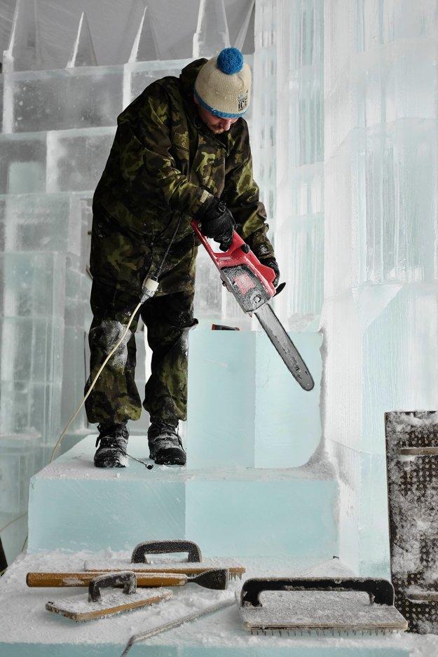 Muž tvaruje ľadový kváder motorovou pílou.