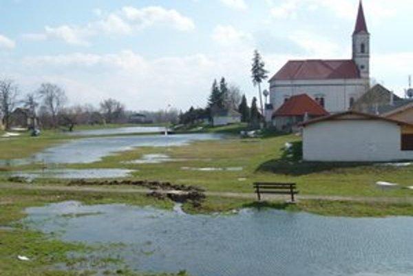 Zatopený stred dediny v roku 2013.