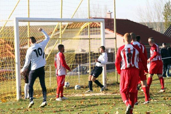 Úvodný gól duelu dával v 16. min. M. Hotový po rohu.