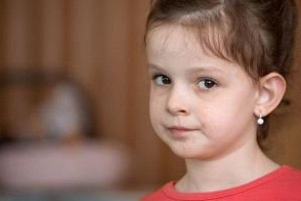 """Päťročná Ninka z Malaciek má vzácnu chorobu - tuberóznu sklerózu. Sprevádzajú ju kožné problémy, záchvaty a isté črty autizmu. Postihuje len jedno z 10-tisíc detí. Jej mama Barbora verí, že vďaka vhodnej starostlivosti a terapiám sa """"nám podarí dostať"""