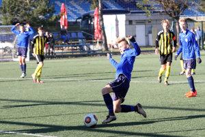 Matúš Michalka otvára skóre zápasu.