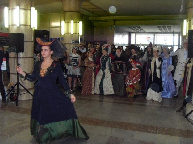Historické kostýmy z dielne Strednej umeleckej školy v Prešove.