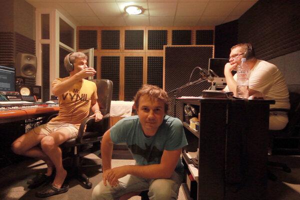 Miro Remo (v strede) so spevákom Richardom Müllerom v štúdiu.