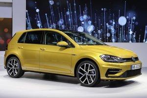 Modernizovaný Volkswagen Golf siedmej generácie. Hlavnou technickou novinkou je prepĺňaný 1,5-litrový štvorvalec s priamym vstrekovaním benzínu, dodávaný v dvoch výkonových verziách (96 kW a 110 kW).  Obr. VW Golf kokpit Text: V kokpite nastali výrazné zmeny Podtext: Vozidlo môže byť vystrojené systémom čiastočne automatizovanej jazdy, ktorý pri jazde v kolónach s častým zastavovaním riadenie, brzdenie i zrýchľovanie vozidla. FOTO: VOLKSWAGEN