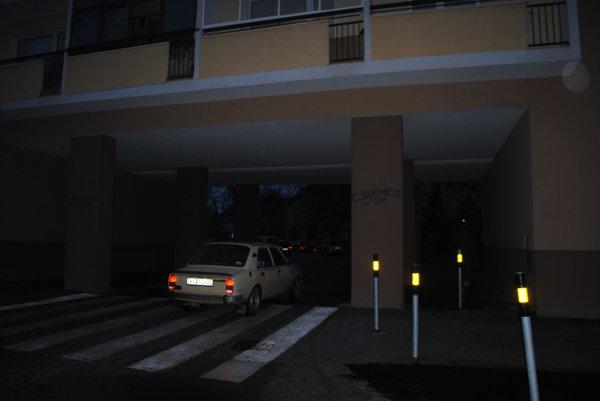 Vjazd zČsl. armády do Pajorovej. EEI nevysvetlila, prečo tam nie je zónová značka, ktorá informuje vodičov ovstupe do rezidentskej lokality 8.