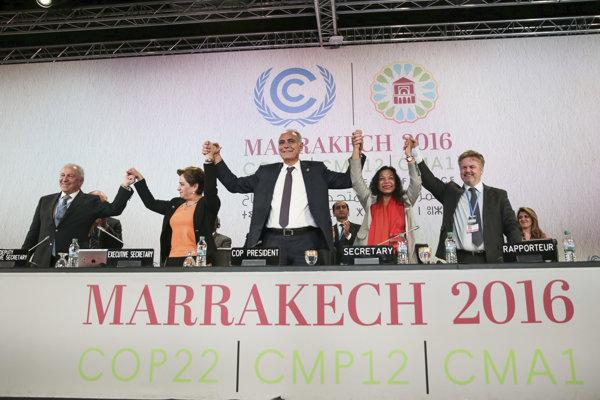 Riaditeľka OSN pre klimatické otázky Patricia Espinosa (druhá zľava) a marocký minister zahraničných vecí Salahedin Mezuar oslavujú vyhlásenie výsledkov klimatického summitu COP22 v Marrakéši.