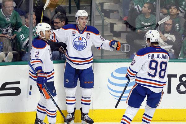 Connor McDavid (uprostred) dal svoj prvý hetrik v NHL.