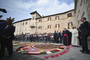 Ilustračná foto. Pápež František si na návšteve mestečka Assisi obzerá kvetinovú výzdobu pred katedrálou San Rufino.