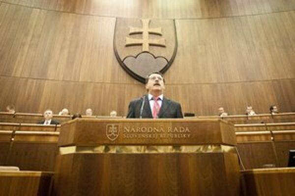 Predseda Národnej rady Pavol Paška počas mimoriadnej schôdze parlamentu.