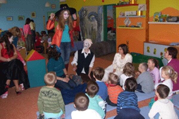 Alica zaviedla deti do krajiny zázrakov.