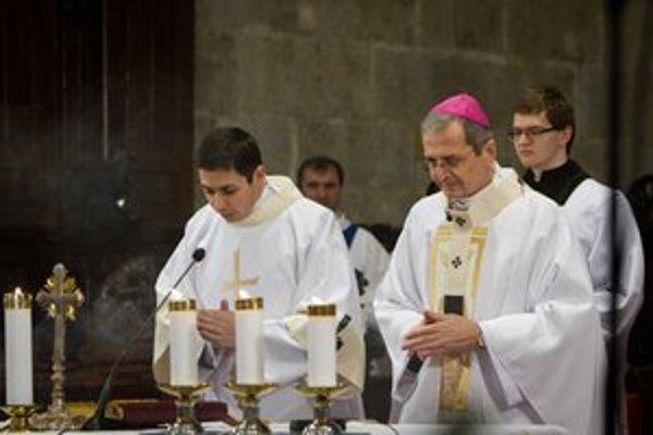 Bratislavský arcibiskup-metropolita Mons. Stanislav Zvolenský (druhý sprava).