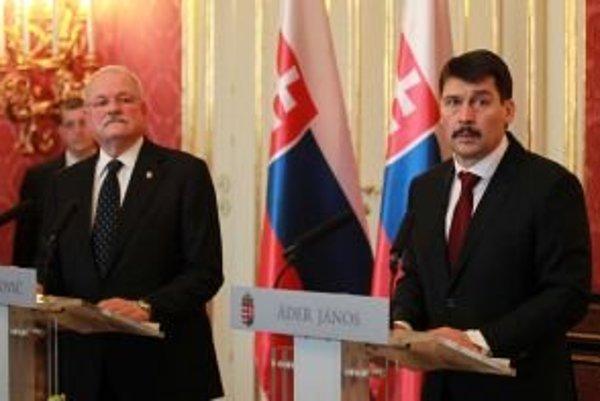 Slovenský prezident Ivan Gašparovič (vľavo) a maďarský prezident János Áder (vpravo).