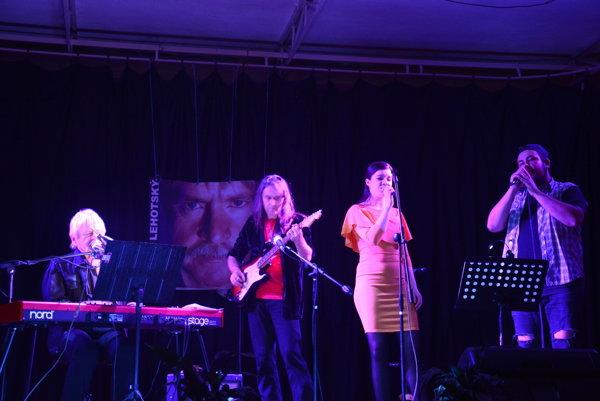 Spoločná interpretácia skladbyPieseň dvoch farieb. Zľava: Janko Lehotský, gitarista Eugen Pál-Baláž, Evka Dovcová aRobo Šimko.