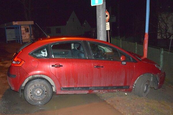 """Auto """"zaparkovalo"""" do stĺpa miestneho rozhlasu."""