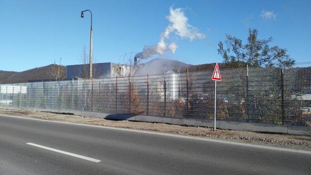 Protihluková stena s výškou 2,5 metra, šírkou 0,4 metra a dĺžkou 91,4 metra má zabrániť hluku vychádzajúceho z elektrárne.