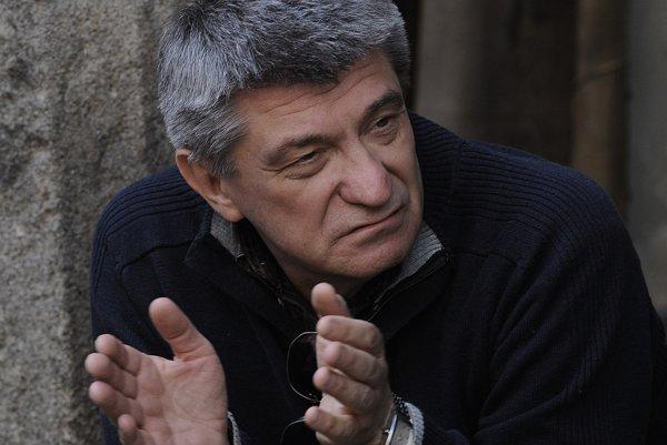 Alexander Sokurov, jeden z najväčších svetových režisérov. Preslávila ho trilógia o diktátoroch Moloch, Teľa, Slnko.