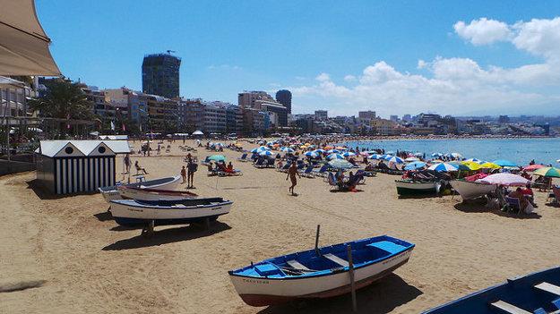 Populárna mestská pláž Playa Las Canteras v Las Palmas.