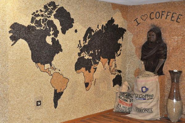 Na jednej stene sa rozprestiera mapa sveta.