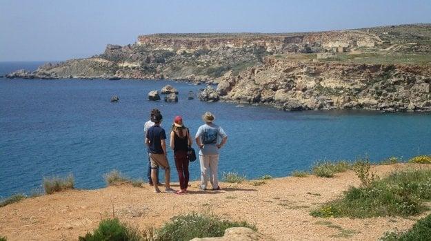 Krásne výhľady na pobrežie Malty. Očarí aj svieža príroda a kvety.
