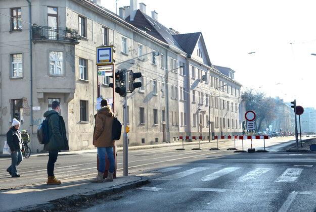 Sedmička tak skoro nepríde. Dvojica študentov na zastávke pri Technickej univerzite študuje oznam Dopravného podniku mesta Košice o tom, že sa začala ďalšia etapa rekonštrukcie. Na električku tak budú musieť ísť o nejakých 500 metrov ďalej.