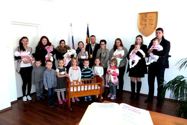 Spoločná fotografia rodičov sratolesťami azástupcom starostu Jánom Lysíkom.