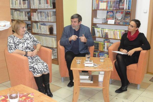 Vlastimil Vondruška knihu predstavil v krajskej knižnici, zľava jej riaditeľka Monika Lobodášová, autor a Niké Čaja, ktorá besedu viedla.