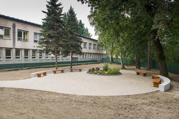 Vynovený park za pediatriou.