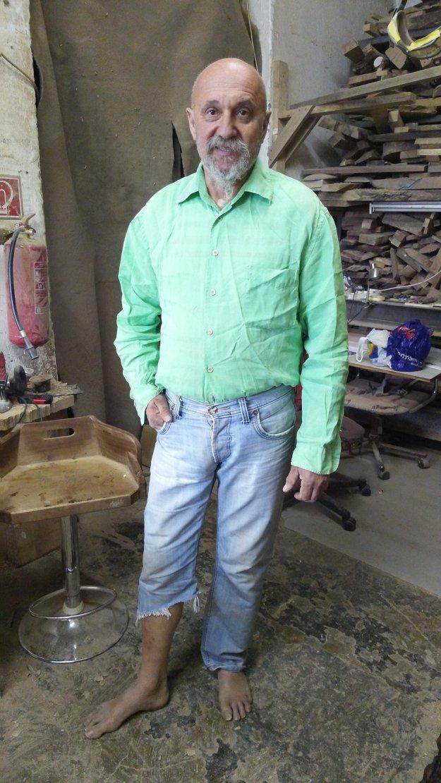 Rezbár Ján Homola - bosého sme ho našli aj pri práci.