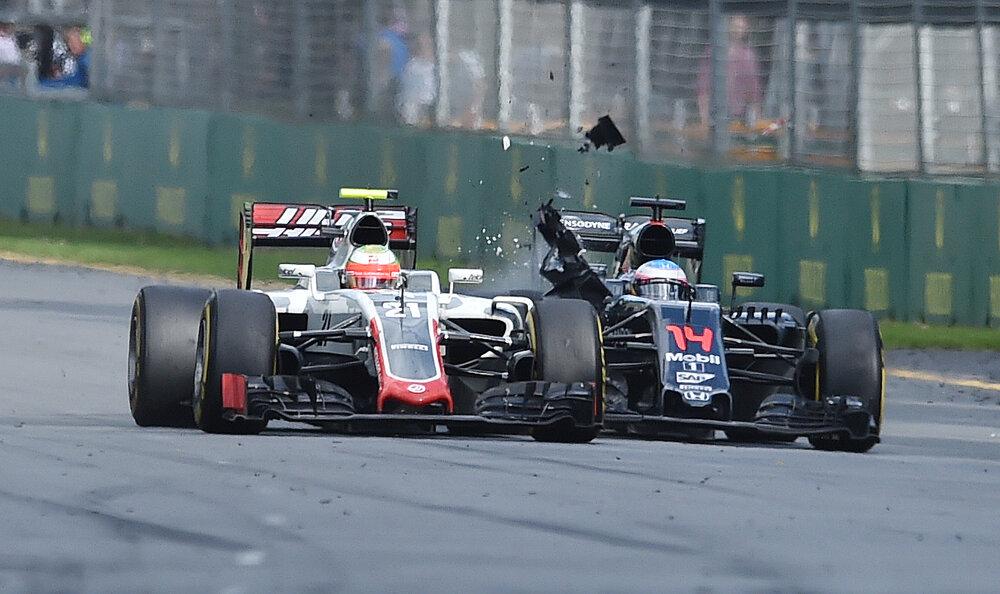 Veľká nehoda sa udiala už na prvom podujatí . Fernando Alonso z McLarenu sa zrazil s jazdcom tímu Haas Estebanom Gutierrezom.