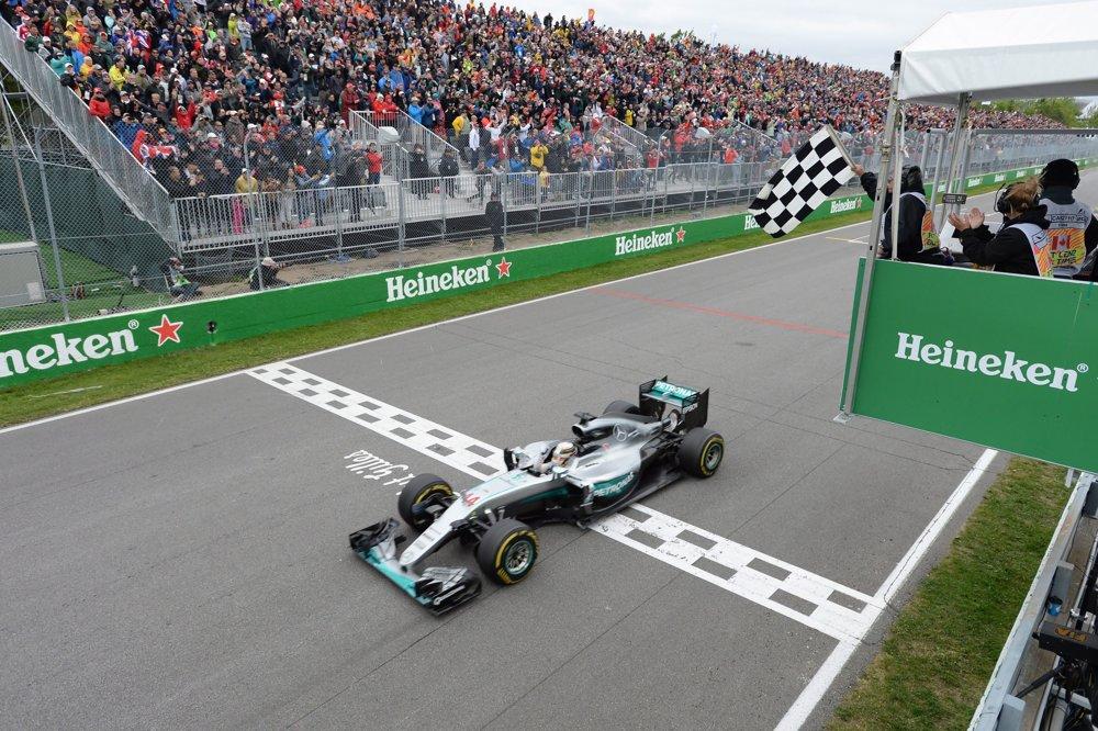 Jazdec tímu Mercedes Lewis Hamilton víťazí v siedmom preteku v Montreale.