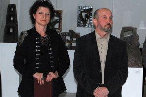 Kurátorka výstavy Ela Porubänová so sochárom Petrom Mackom.