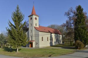 Rímskokatolícky farský kostol Nanebovzatia Panny Márie, vpravo pri kostole je pomník a náhrobný kameň farára, spisovateľa, historika a národného buditeľa Jonáša Záborského.