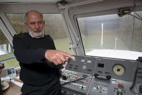 Loď v plavebnej komore a premiér s Ladislavom Lazárom v hlme pri vodnom diele.