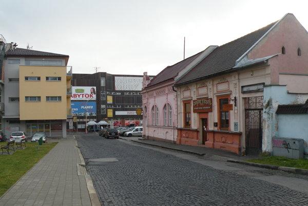 Mariánska ulica ožíva najmä počas víkendových večerov a nocí. Cez deň je pokojná a často po nej chodia turisti, ktorí obdivujú Kostol sv. Ondreja s majestátnymi hradbami.