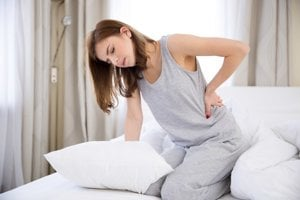 Pri zápale môže bolesť vystreľovať aj v oblasti drieku.