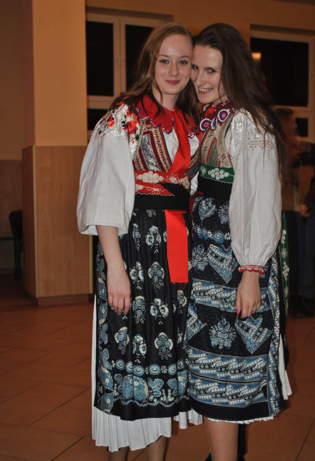 Nikola Marošová a Veronika Glembová v kroji z Liptovskej Osady.