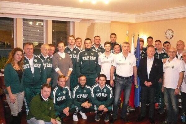 Hádzanári na diplomatickej pôde. Veľvyslanec Martin Bezák rád pózoval so slovenským tímom.