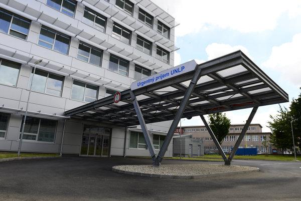 Nemocnica. Zraneného previezli do Košíc.