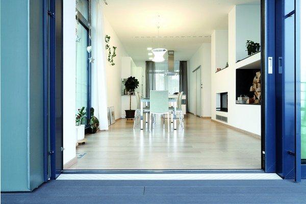 Pri nadstavbe domu sa použili menej tradičné materiály a postupy. Z hľadiska nižšieho zaťaženia pôvodnej stavby domu architekt navrhol použiť na nadstavbu oceľovú konštrukciu bez použitia železobetónu.