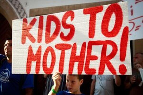 Prvý protest sa konal pred britským veľvyslanectvom.