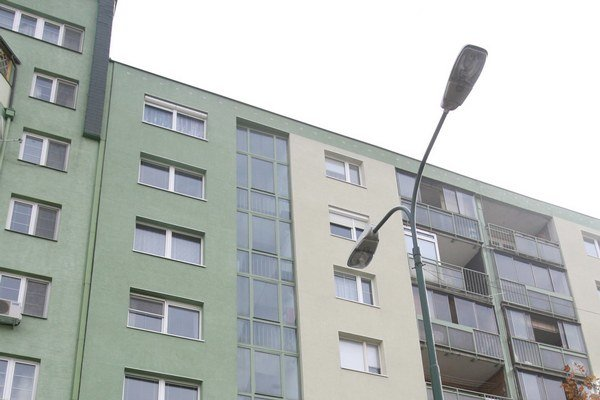 Na obstaranie nájomného bytu s dotáciou peniaze najskôr pridali a teraz sa presúvajú ďalej.
