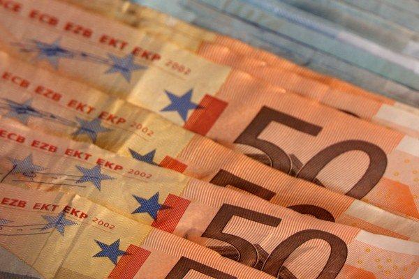 Bratislavčania si priemerne v roku 2014 požičali 24 800 eur.