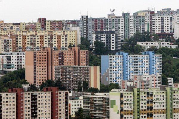 Ľudia, ktorí si chcú kúpiť byt, zatiaľ stavbám dôverujú.