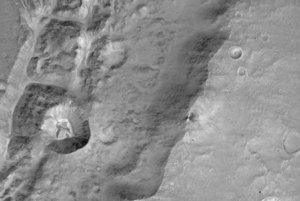 Detailný záber bezmenného kráteru blízko rovníka Marsu.