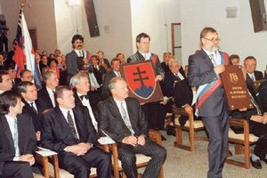 V roku 1992 Vladimír Mečiar sedel v prvom rade. Tiež tvrdil, že ústava je vlastne jeho dielom.