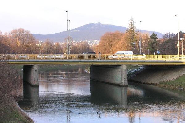 Deti sa pohybovali pri Univerzitnom moste, ktorý spája centrum mesta a Chrenovú. Neďaleko sú dve obchodné centrá.