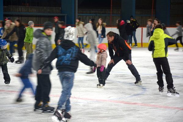 Prvý tohtoročný ľad si prišli užiť aj rodiny sdeťmi.