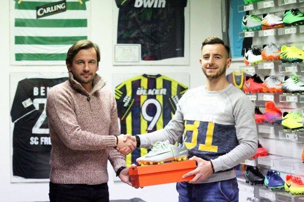Víťaz Gólu jesene si prevzal odmenu. Marcelovi Kurejovi k novým kopačkám blahoželá Peter Domasta z predajne PD Sport.