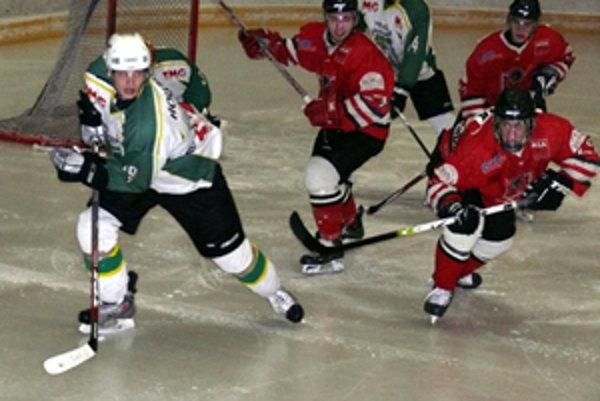 Miroslav Holúbek (vľavo) vyrovnal v Partizánskom na 4:4, no všetky body napokon získali domáci.